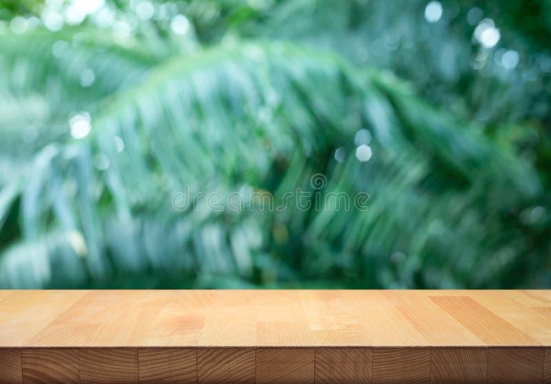 Leeren Sie sich von der hölzernen Tischplatte auf schönem tropischem Blatt vom Garten stockbilder