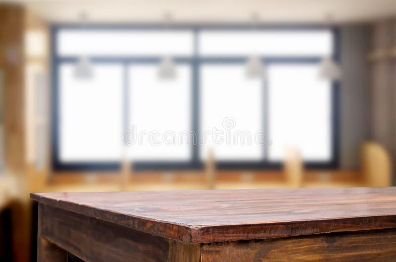 Leeren Sie sich von der hölzernen Tischplatte auf Unschärfe von Fensterglas morgens b lizenzfreie stockfotos