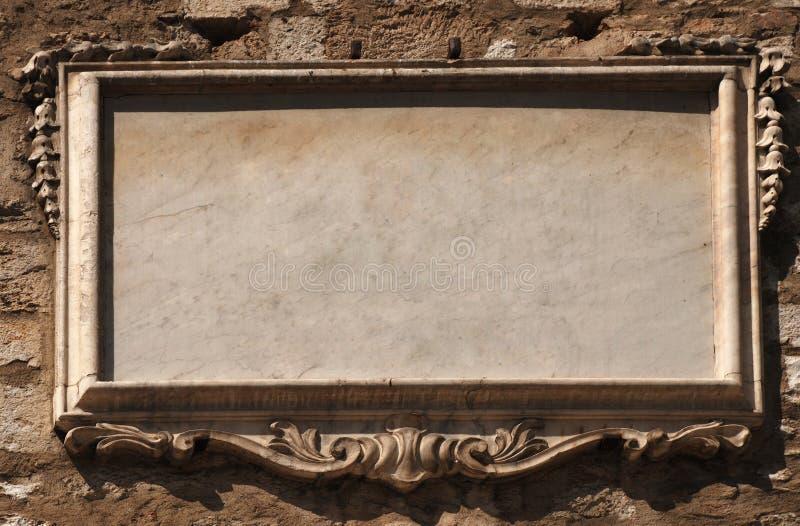 Leeren Sie Steintablette mit der Formung auf alter Wand stockbilder