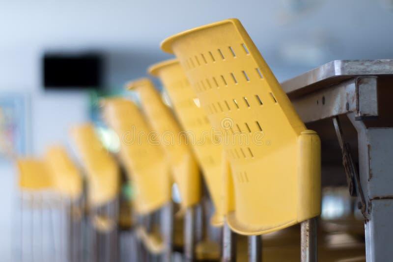 Leeren Sie Tabellen und Stühle, die niemand in der Cafeteria sitzt lizenzfreie stockbilder