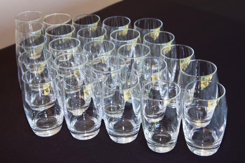 Leeren Sie viel sauberes Glas, das vom Wasser frei ist lizenzfreie stockfotos