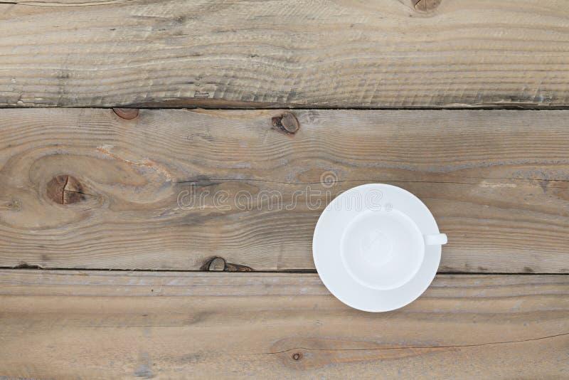 Leeren Sie weiße Kaffeetasse auf alter hölzerner Tabelle, Draufsicht mit Kopienbadekurort lizenzfreies stockfoto