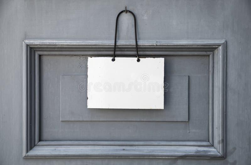 Leeren Sie weiße Platte für Text, auf Holztür stockbild