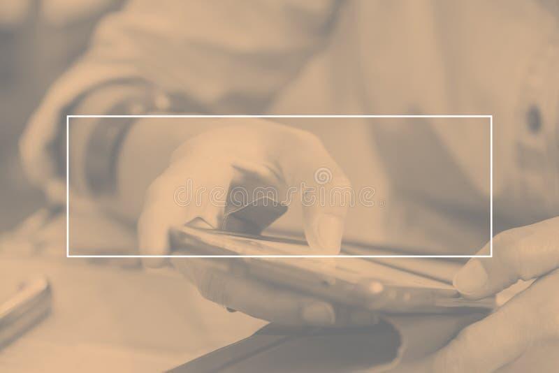 Leeren Sie weißen Rahmen auf Duoton der Frau, die Handy an Res verwendet stockbilder