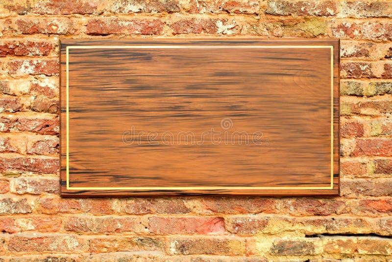 Leeren Sie Zeichen des hölzernen Vorstands auf einer Backsteinmauerbeschaffenheit lizenzfreies stockbild