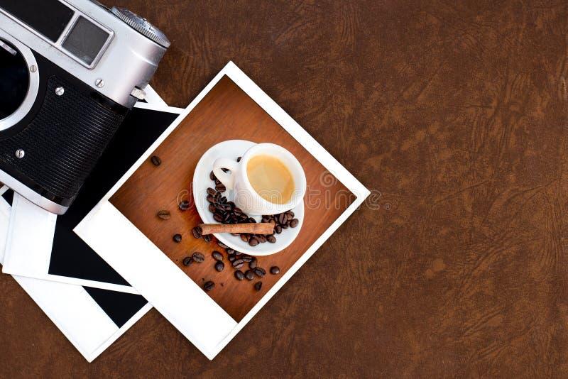 Leerer alter Kamerafilm und Weinlesekamera und -kaffee lizenzfreies stockfoto