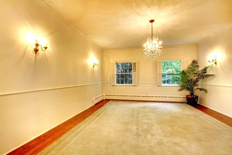 Leerer antiker großer Esszimmerluxusinnenraum mit weißen Wänden. stockfotografie