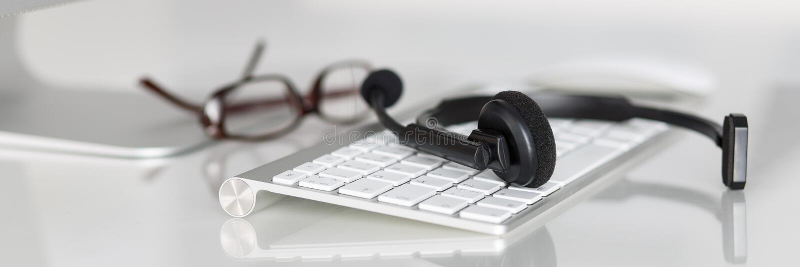 Leerer Arbeitsplatz des Call-Center-Service-Betreibers lizenzfreie stockfotos