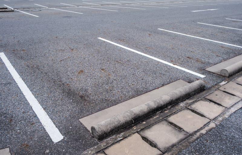 Leerer Asphaltauto-Parkplatz stockbild
