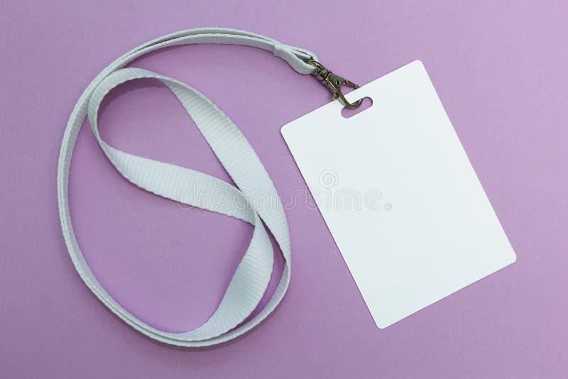 Leerer Ausweis mit Abzugsleine auf purpurrotem Hintergrund, leerer Raum für Text lizenzfreie stockbilder