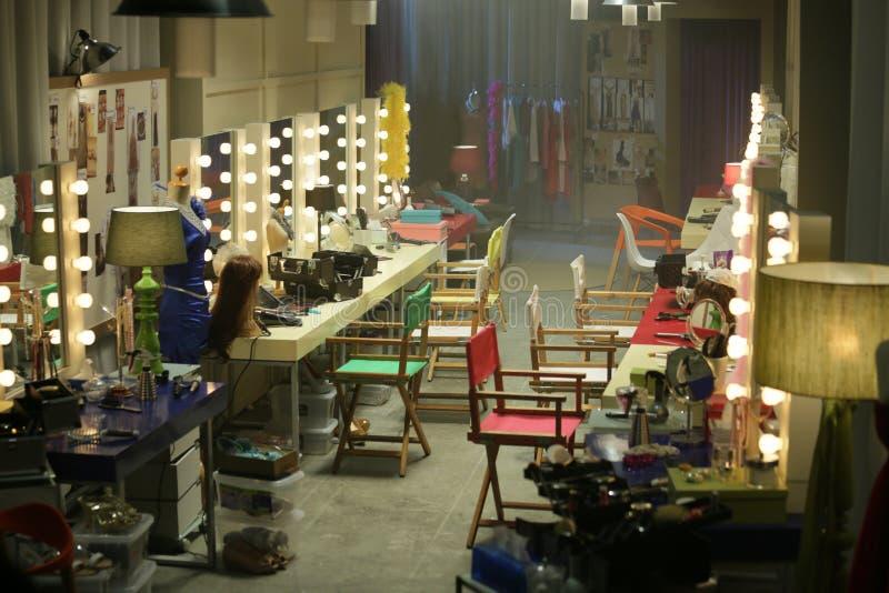 Leerer Bühne hinter dem Vorhang-Raum stockfotos