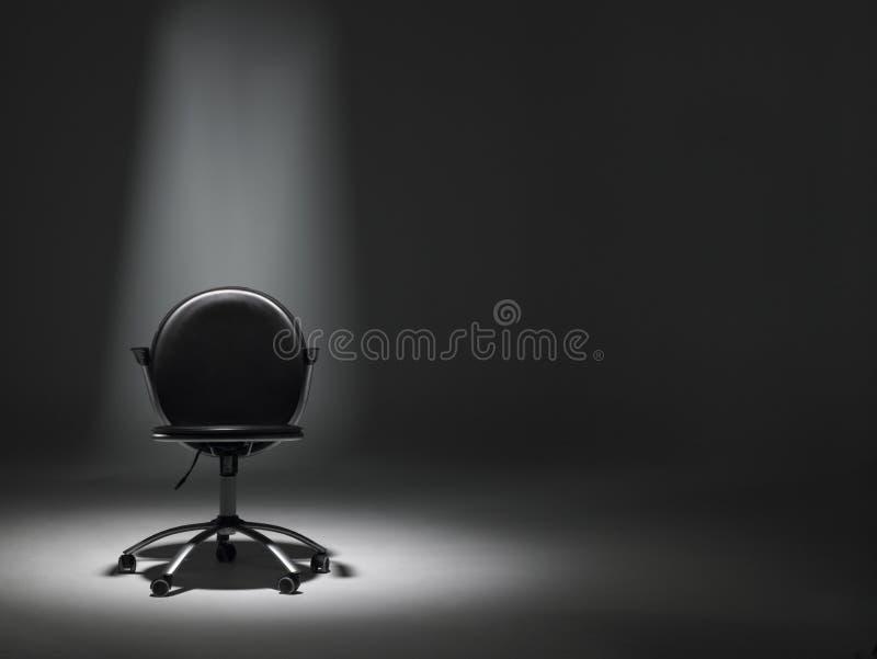 Leerer Büro-Stuhl im Scheinwerfer stockfoto