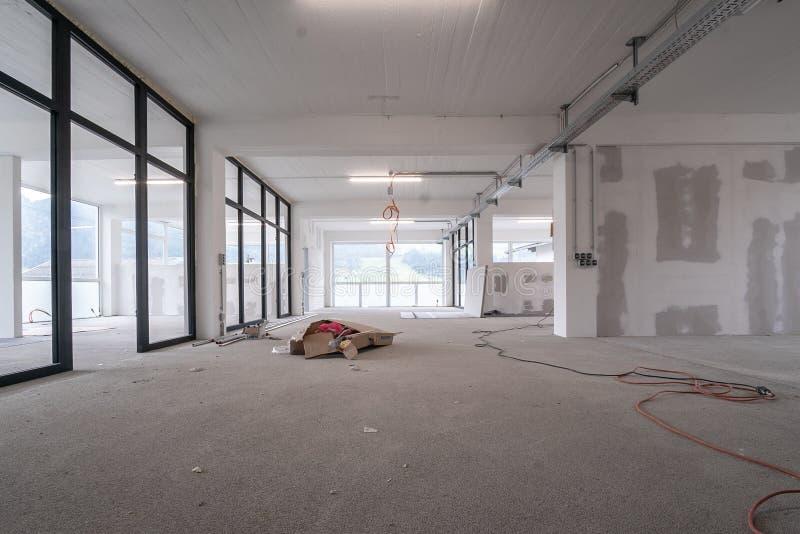 Leerer Bürolichtinnenraum in einer Neubauerneuerung oder im Bau Glastüren und Windows lizenzfreie stockfotografie