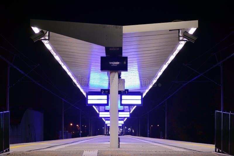 Leerer Bahnhof nach Rekonstruktion in der Nacht lizenzfreie stockfotografie