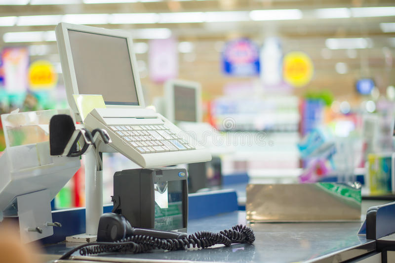 Leerer Bargeldschreibtisch mit Computerterminal im Supermarkt lizenzfreies stockbild