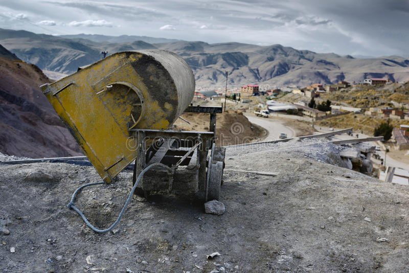 Leerer Bergwerkwarenkorb am Eingang von Silberbergwerk Cerros Rico, Potosi stockbild