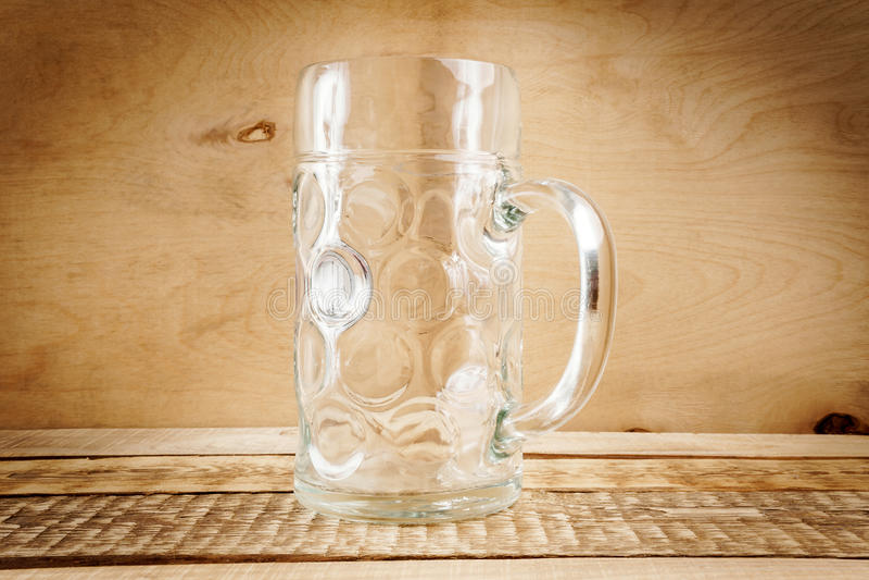 Leerer Bierkrug auf dem Tisch lizenzfreie stockfotos