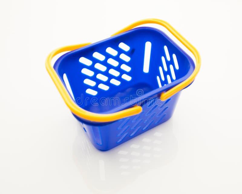 Leerer blauer Einkaufskorb stockbilder