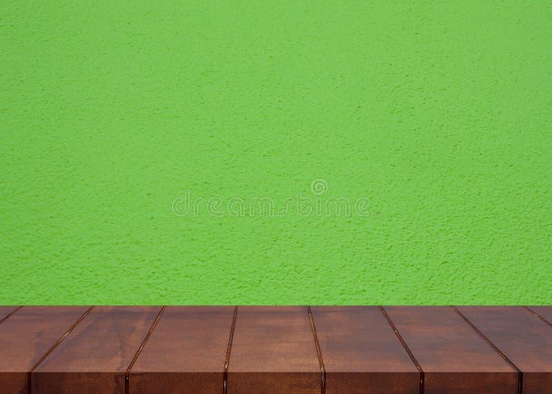Leerer Bretterboden Grüner Wandhintergrund des Zementes stockfotos