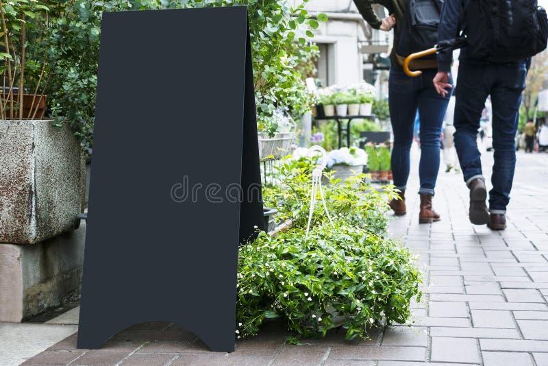 Leerer Brettstandspott herauf den schwarzen Metallsignage im Freien lizenzfreies stockfoto