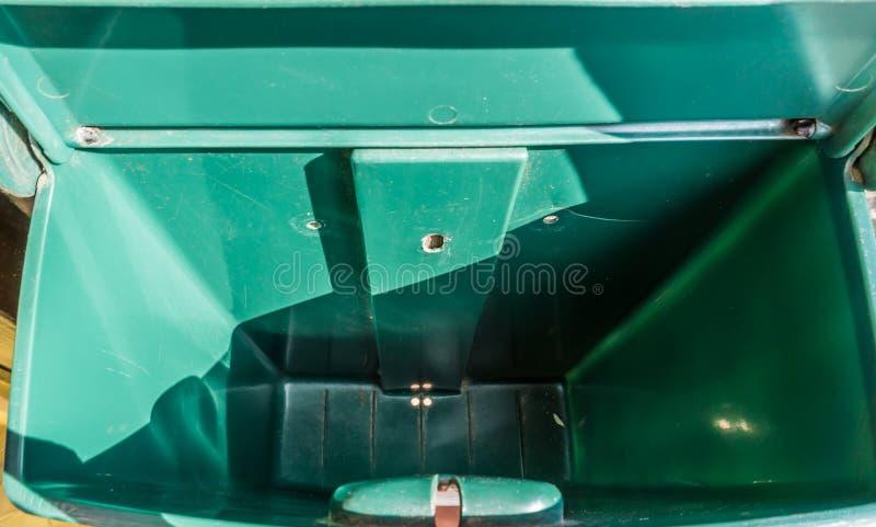 Leerer Briefkasten mit nichts in ihm Innenansicht lizenzfreie stockfotos