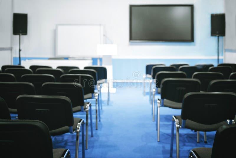 Leerer Darstellungskonferenzsaalhallenklassenzimmer-Vorlesungssalshörsaal bereit zum Treffen Trainings-Bildungs-Konzept stockfotos