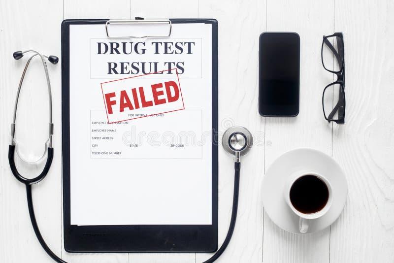 Leerer Doktorarbeitsplatz mit Drogentestansicht von oben lizenzfreie stockbilder