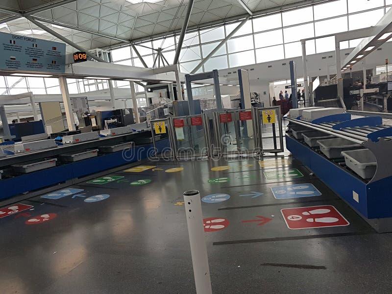 Leerer Flughafen ?berpr?fen innen lizenzfreie stockfotografie