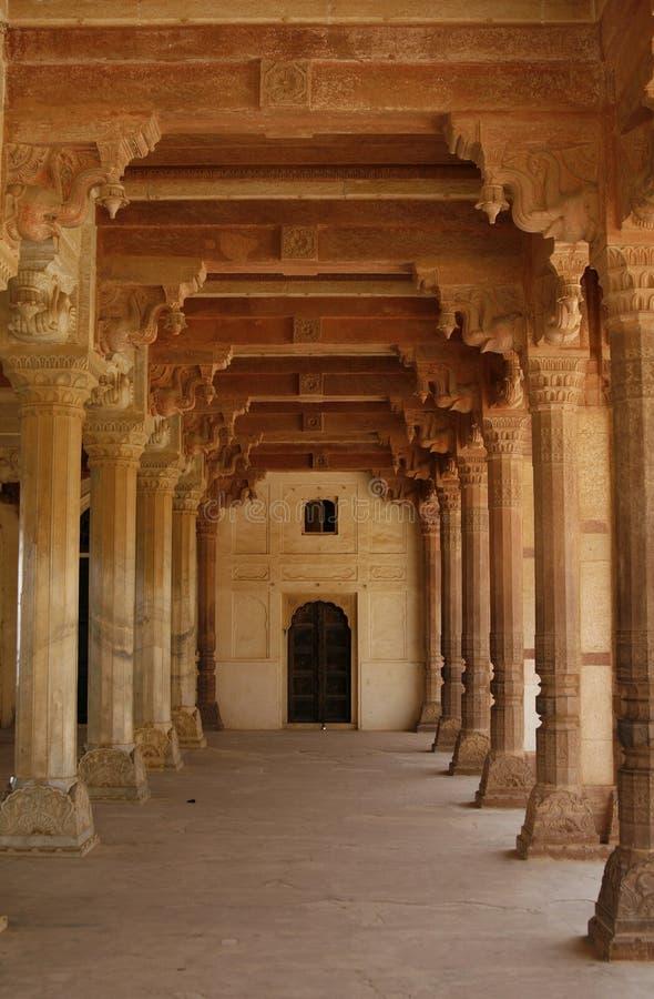 Leerer Flur in einem verlassenen bernsteinfarbigen Fort. Indien stockbild