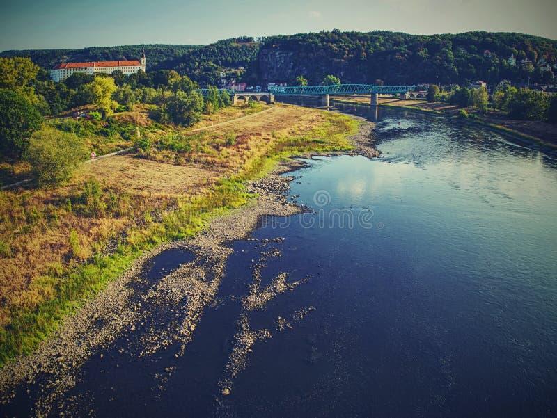 Leerer Fluss Austrocknen von großem Fluss Schrecklicher Geruch lizenzfreies stockfoto