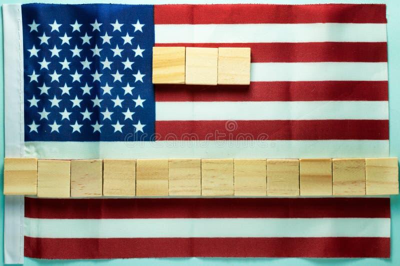 Leerer freier Raum für die Aufschrift auf fünfzehn hölzernen Würfeln ausgebreitet auf amerikanischer Flagge auf blauem Hintergrun stockfoto