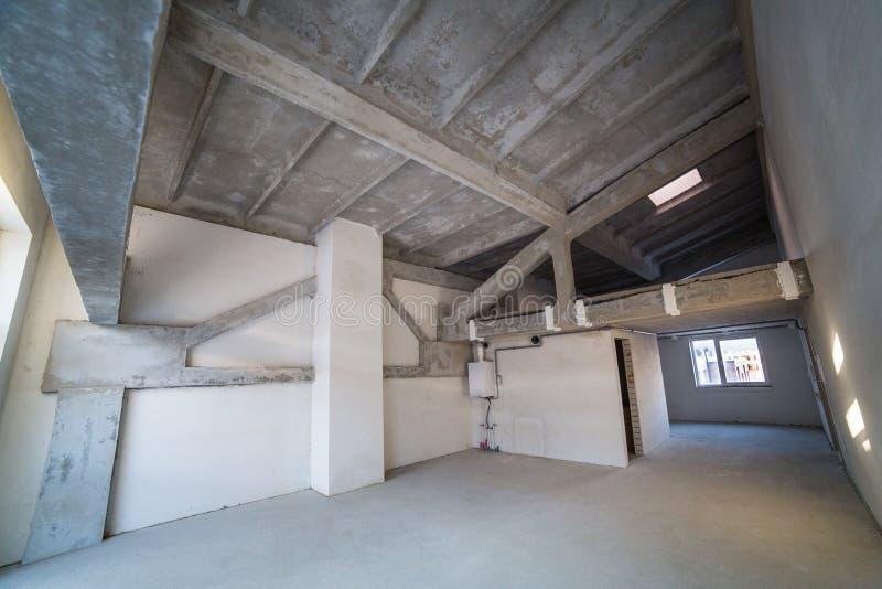 Leerer geräumiger Dachboden im Bau lizenzfreie stockbilder