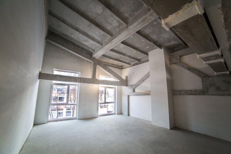 Leerer geräumiger Dachboden im Bau stockfoto