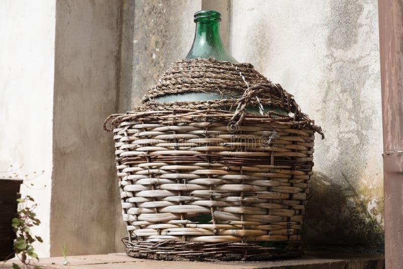 Leerer Glasballon im rustikalen Haus lizenzfreie stockfotos