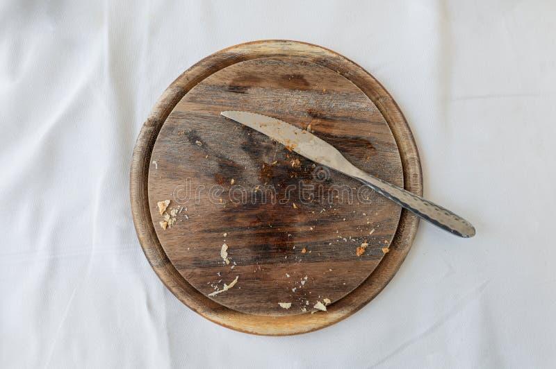 Leerer hölzerner Behälter mit Tischbesteck- und Brotkrume stockfotografie