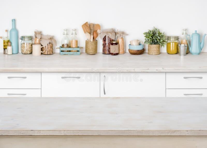 Leerer hölzerner Küchentisch auf unscharfem Hintergrund von Lebensmittelinhaltsstoffen stockbilder