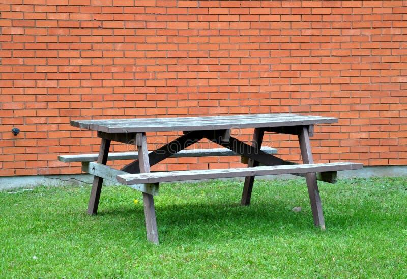 Leerer hölzerner Picknicktisch stockfoto