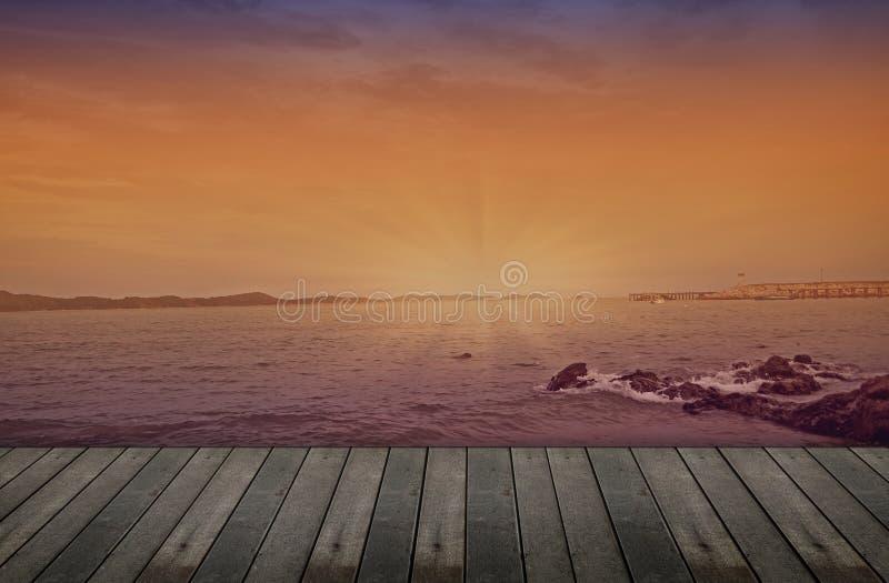 Leerer hölzerner Schreibtisch auf Seelandschaftshintergrund stockfotografie