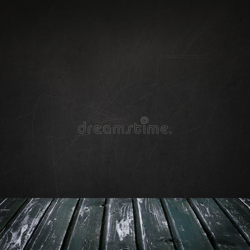 Leerer Hintergrund mit Tafelwand und grünem Retro- Bretterboden für die Werbung des Marketings und der Produktplatzierung stockfotografie