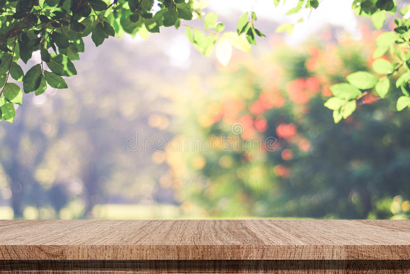 Leerer Holztisch über unscharfem Herbstbaum verlässt mit bokeh b stockfotos