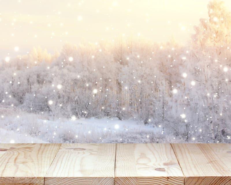 Leerer Holztisch auf Winterhintergrund Raum für Installation lizenzfreie stockfotos