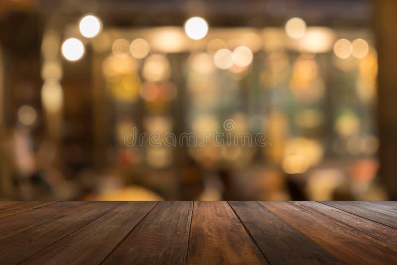 Leerer Holztisch des Brauns in der vorderen warmen orange Farbe von bokeh stockfoto