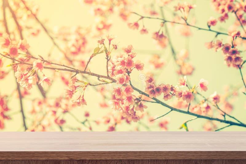 Leerer Holztisch für Produktplatzierung oder Montage und rosa blo stockfotos