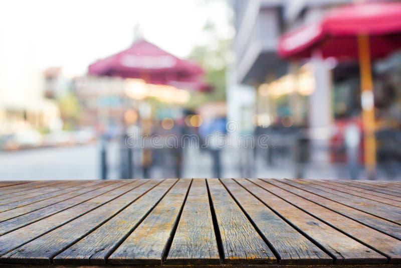 Leerer Holztisch mit schöner Ansicht lizenzfreie stockfotografie