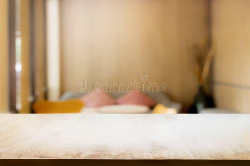 Leerer Holztisch mit unscharfem Hotelhintergrund lizenzfreie stockfotos