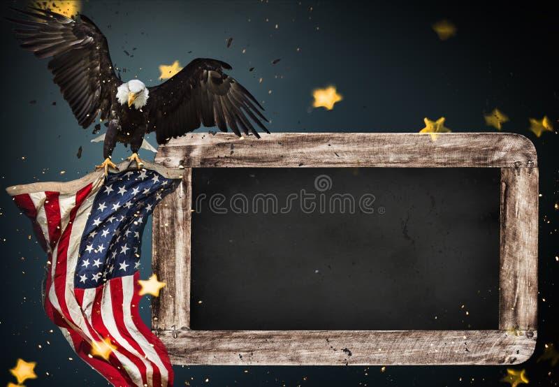 Leerer Holztisch mit Weißkopfseeadler und USA kennzeichnen Hintergrund lizenzfreies stockbild