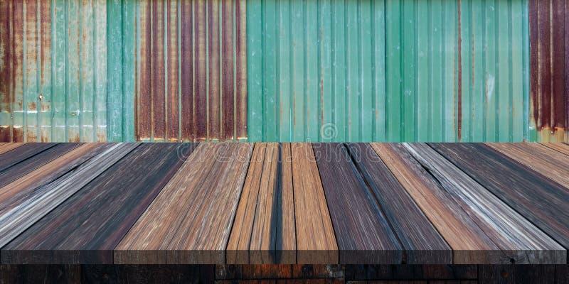 Leerer Holztisch oder Planke mit alter rostiger Zinkwand auf Hintergrund f?r Produktanzeige stockfoto