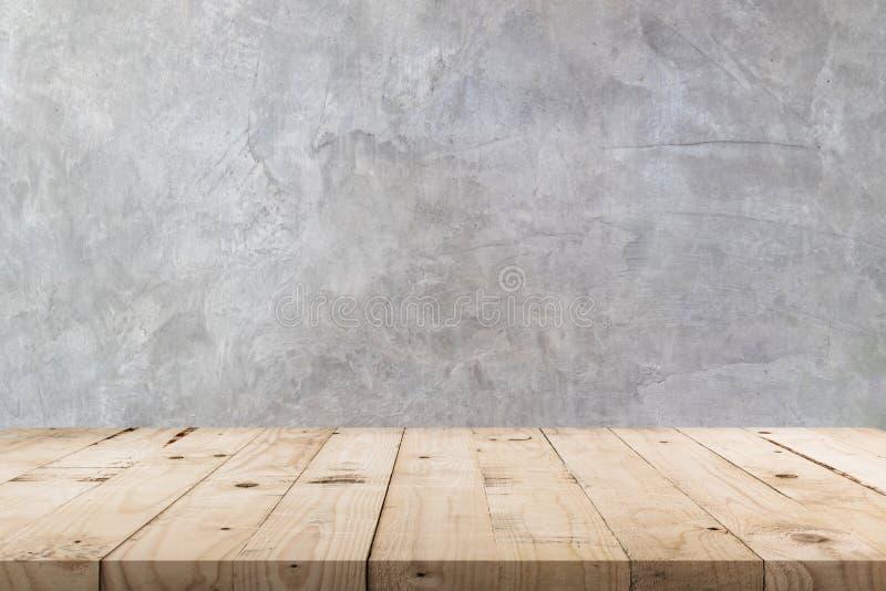 Leerer Holztisch und Betonmauerbeschaffenheit und -hintergrund mit Kopienraum, Anzeigenmontage für Produkt stockfotos
