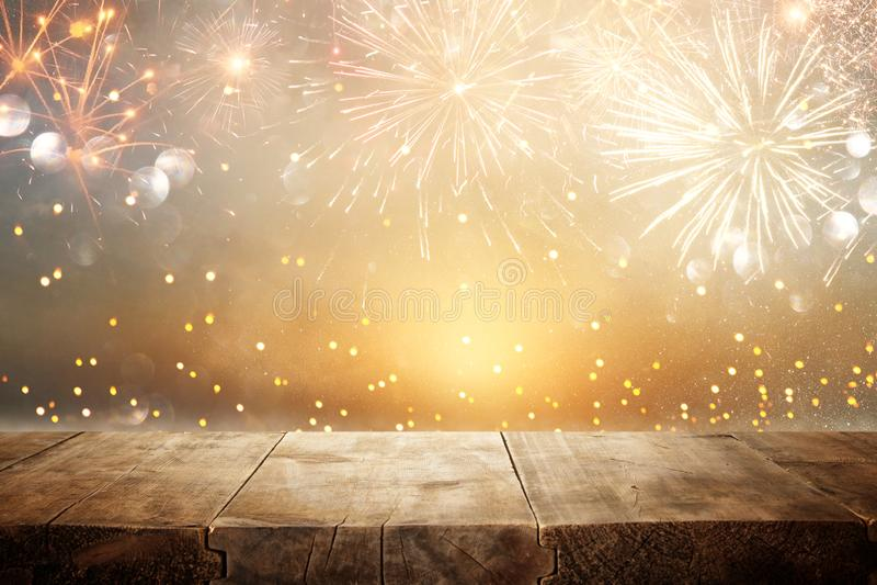 Leerer Holztisch vor Feuerwerkshintergrund Produktanzeigenmontage lizenzfreies stockfoto