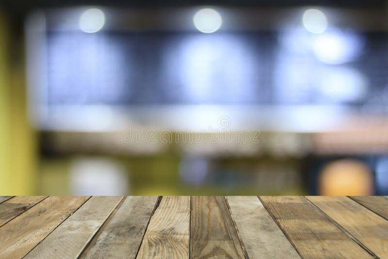 Leerer Holztischboden für Geschenk- und Showprodukte in der Kaffeestube und Nachtclubhintergrund, Kopienraum für das Setzen des G lizenzfreie stockbilder